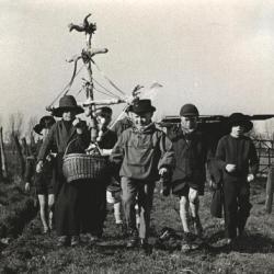 Kinderen gaan rond met de Palmpaas in Assenede
