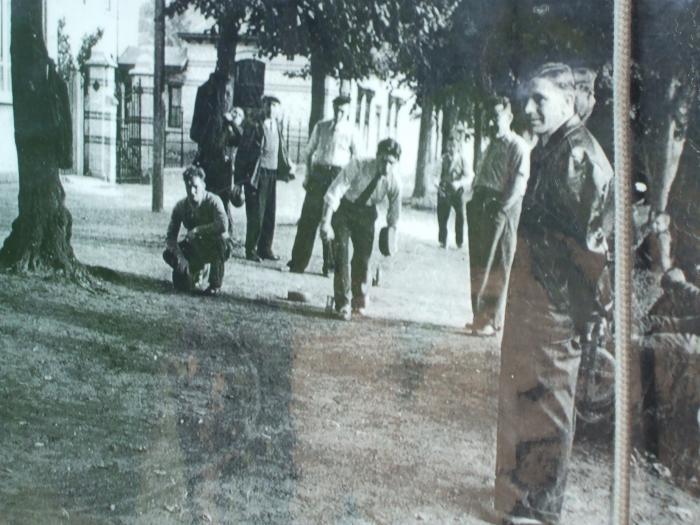 Straatbolling onder de linden, Ertvelde, ca. 1960