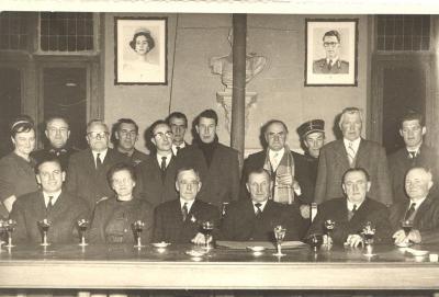 Groepsfoto op gemeentehuis