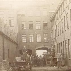 Binnengang haarsnijderijfabriek Enke in Eeklo, ca. 1898
