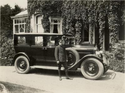 Chauffeur met wagen voor Villa Oaklands, Eeklo