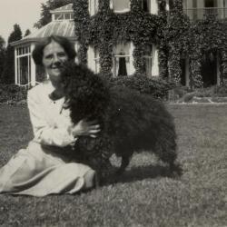 Adelina Enke met hond voor Villa Oaklands, Eeklo, jaren 1930
