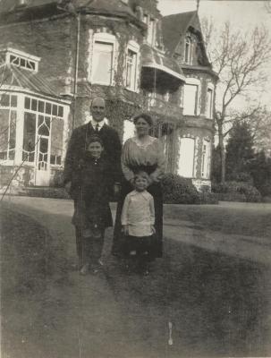 Max en Marion Enke met hun kinderen in Eeklo, 1920