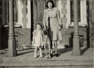 Denise Armstrong, dochter Dinah en hond Limo in 1948