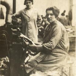 Flavie De Muydt aan het werk bij Enke tijdens het interbellum
