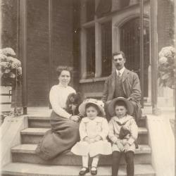 Peter Enke met zijn gezin op de trappen van Villa Pinehurst in Eeklo, 1911