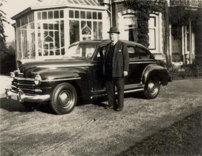 Max Enke bij zijn nieuwe Plymouth, enkele jaren na WOII