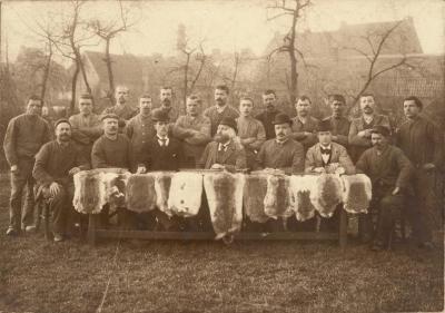 Directie en meestergasten van haarsnijderij Enke, Eeklo, ca. 1898
