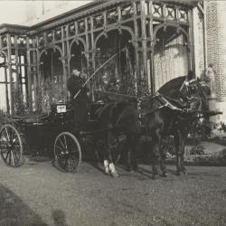 Koetsier en koets voor Villa Oaklands in Eeklo, 1897