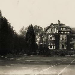 Tuin en tennisplein bij Villa Pinehurst, jaren 1920