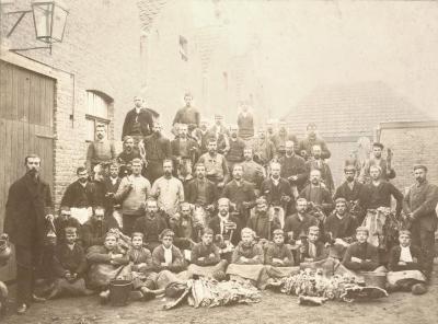 Kaarders en trekkers van haarsnijderij Enke, ca. 1898