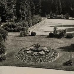 Tuin en tennisveld bij Villa Pinehurst, Eeklo, jaren 1920