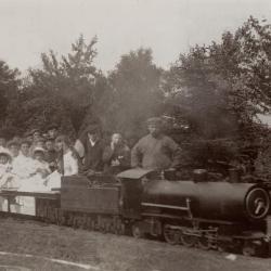 Miniatuurstoomtrein in de tuin van Villa Oaklands in Eeklo, 1909