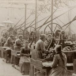 Arbeidsters aan het werk bij Enke, omstreeks 1896
