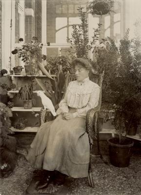 Paula Enke in de orangerie van Oaklands, Eeklo, ca. 1905