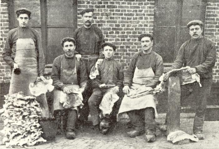 Arbeiders haarsnijderij-atelier Enke, Bassevelde, 1910