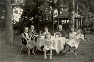 Theekrans in de parktuin van Villa Oaklands, Eeklo, 1948