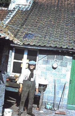 Cyriel Dossche bij het achterhuis, Lembeke, jaren 1960