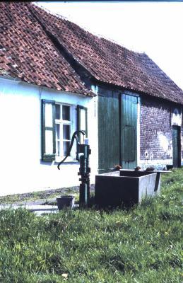 Waterpomp bij hoeve De Wilde in Lembeke, jaren 1960
