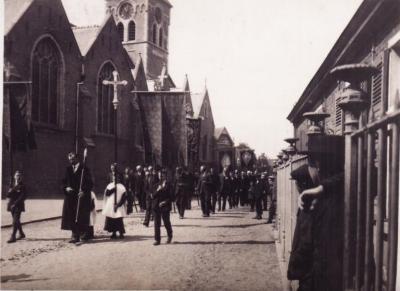 Processie aan kerk