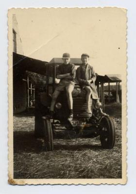 Eerste tractor op het erf, Sint-Laureins