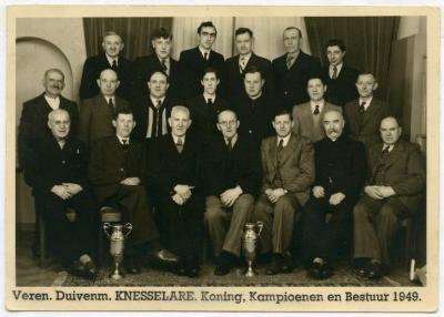 Groepsportret van de Knesselaarse duivenmelkers, 1949