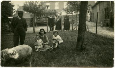 Familieportret op 't hof, Knesselare, ca. 1932