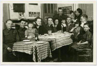 Familie Cooreman met inwonende soldaten, Knesselare, 1944