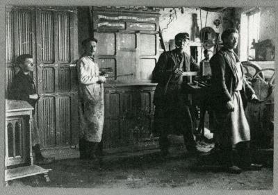 Schrijnwerker Bernard Hooft en collega's in zijn atelier in Knesselare, ca. 1904