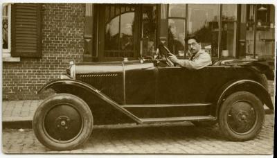 Maurits Hooft in zijn wagen, Knesselare