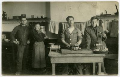 Denis Cooreman in een keuken, ca. 1922