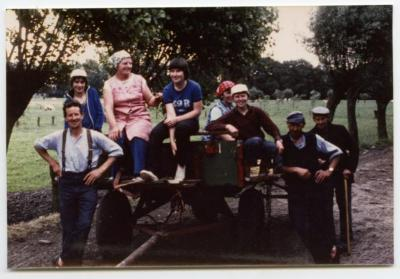 Drie generaties Buysse halen de oogst binnen, Evergem, 1975