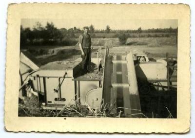 Een moderne dorsmachine in de jaren '50