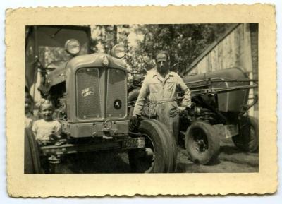 Lucrèce en Lutgarde Neerinck bij de tractor, Kaprijke