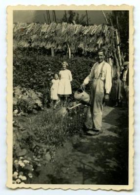 Groepsfoto bij de houtmijt, 1928