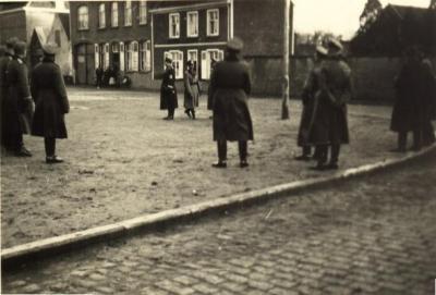 Duitse soldaten op kerkplein