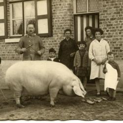 Moeder en kinderen op het hof, Lembeke, jaren 1940