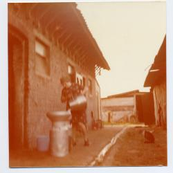 Simonne De Bruycker melkt de koe tijdens de melkcursus, Eeklo