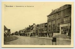 Postkaart dorpszicht Gemeentehuis en Stationsstraat, Waarschoot