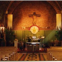 Feestelijk aangekleed koor en altaar voor het 75jarig bestaan van de parochie, 2003