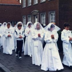 Communicanten op weg naar de pastorij, 1987