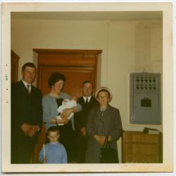 Familieportret van familie Moens in sacristie, 1971