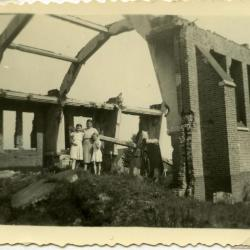 Groepsfoto op het puin van de vernielde Sint-Barbarakerk Rieme, 1944