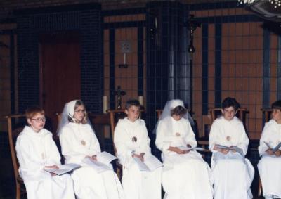 Communicanten in het koor van de parochiekerk, 1987