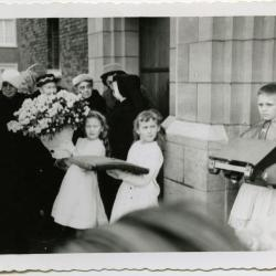 Bloemen voor de nieuwe pastoor Emiel De Backere, 1954