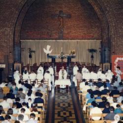 Zicht op schip en koor van Sint-Barbarakerk, 1987