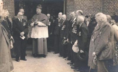 Bisschop van Gent bezoekt oud-strijders, Ursel, 1953