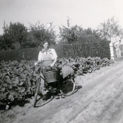 Clara Verbrugge met de fiets