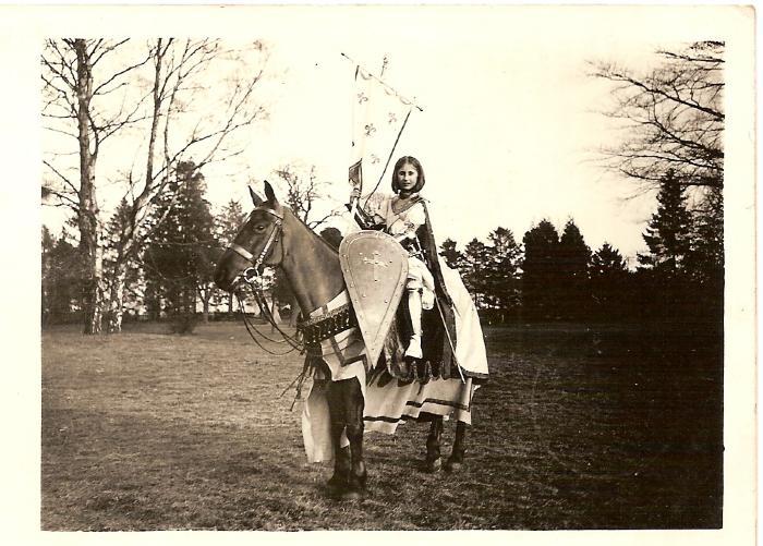 Jeanne d'Arc voor de stoet in Bassevelde, 1914
