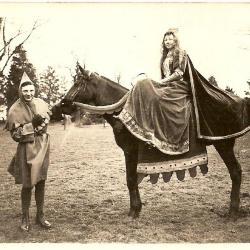 Margaretha van den Elzas klaar voor de stoet in Bassevelde, 1914